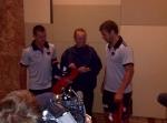 Caroline ontvangt een Australisch AFL shirtje tijdens de jaarlijkse adidas spelers presentatie in het Hyatt Hotel!